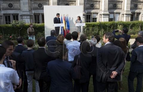 epa06850532 Mayor of Paris Anne Hidalgo (R) and Spanish Prime Minister Pedro Sanchez (L) deliver a speech in the 'Combattants de la Nueve' parc at Hotel de Ville (city hall) in Paris, France, 29 June 2018. EPA-EFE/IAN LANGSDON